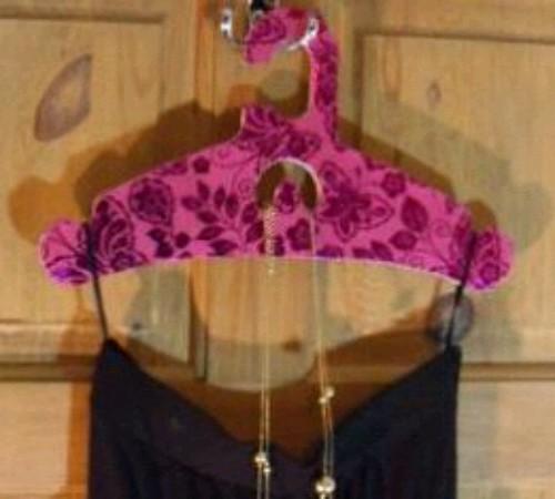 Memanfaatkan Kardus Bekas jadi Hanger Pakaian