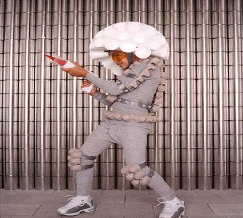 Kostum Space Invader dari karton wadah telur