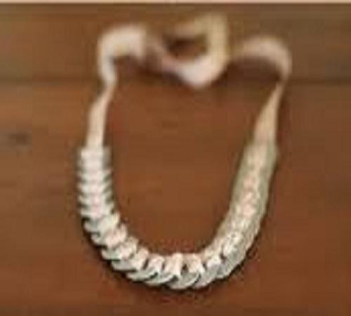 Kalung Cantik dari Pita dan Besi Sambungan Pipa